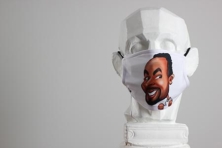 Caricature en couleur d'un homme imprimé sur un masque de protection. Masque personnalisé blanc avec la caricature.